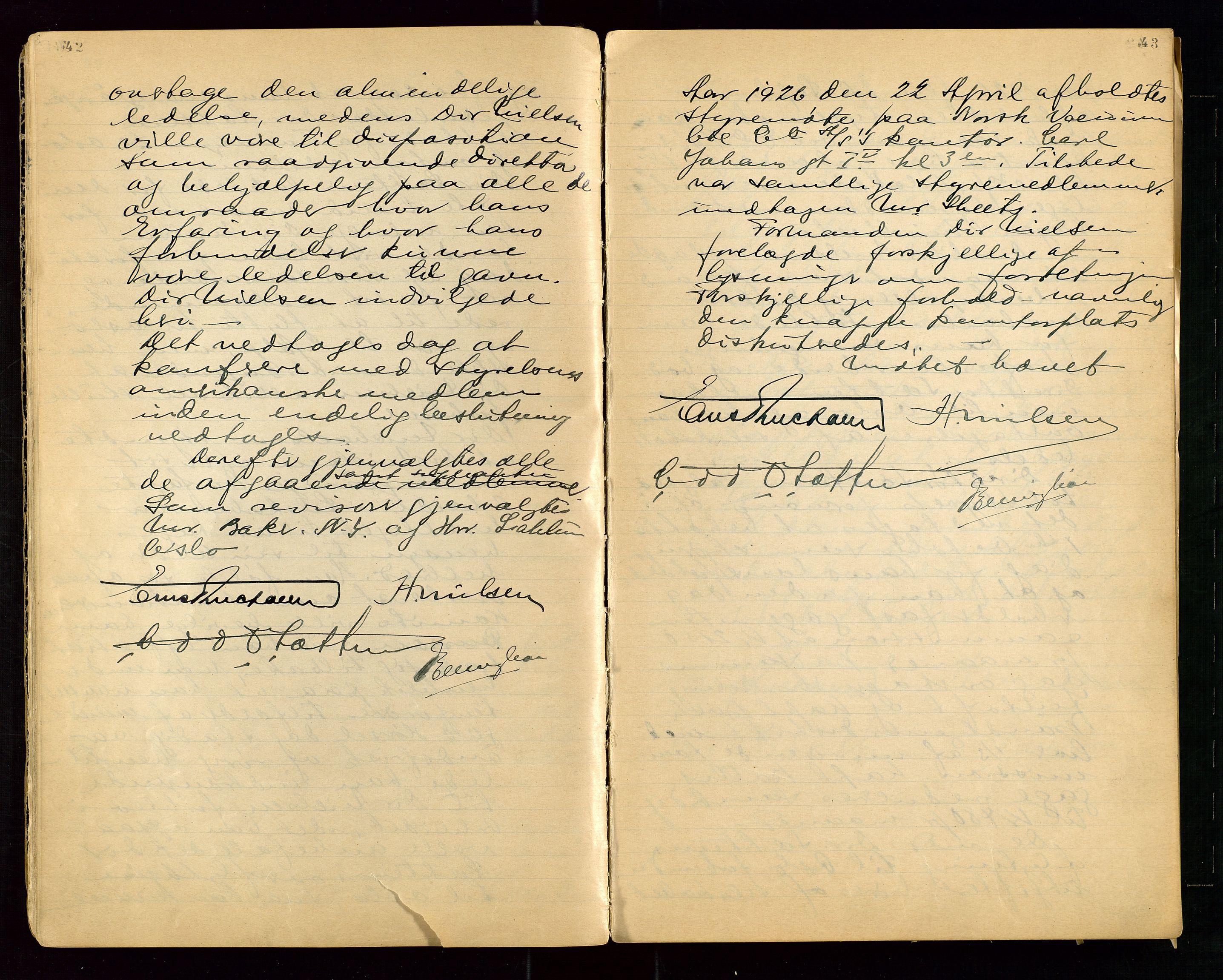 """SAST, PA 1513 - Norsk Vacuum Oil Company A/S, A/L0001: """"Generalforsamlings og styreprotokoll"""" fra 27/4-1918 til 6/4-1949, 1918-1949, s. 42-43"""