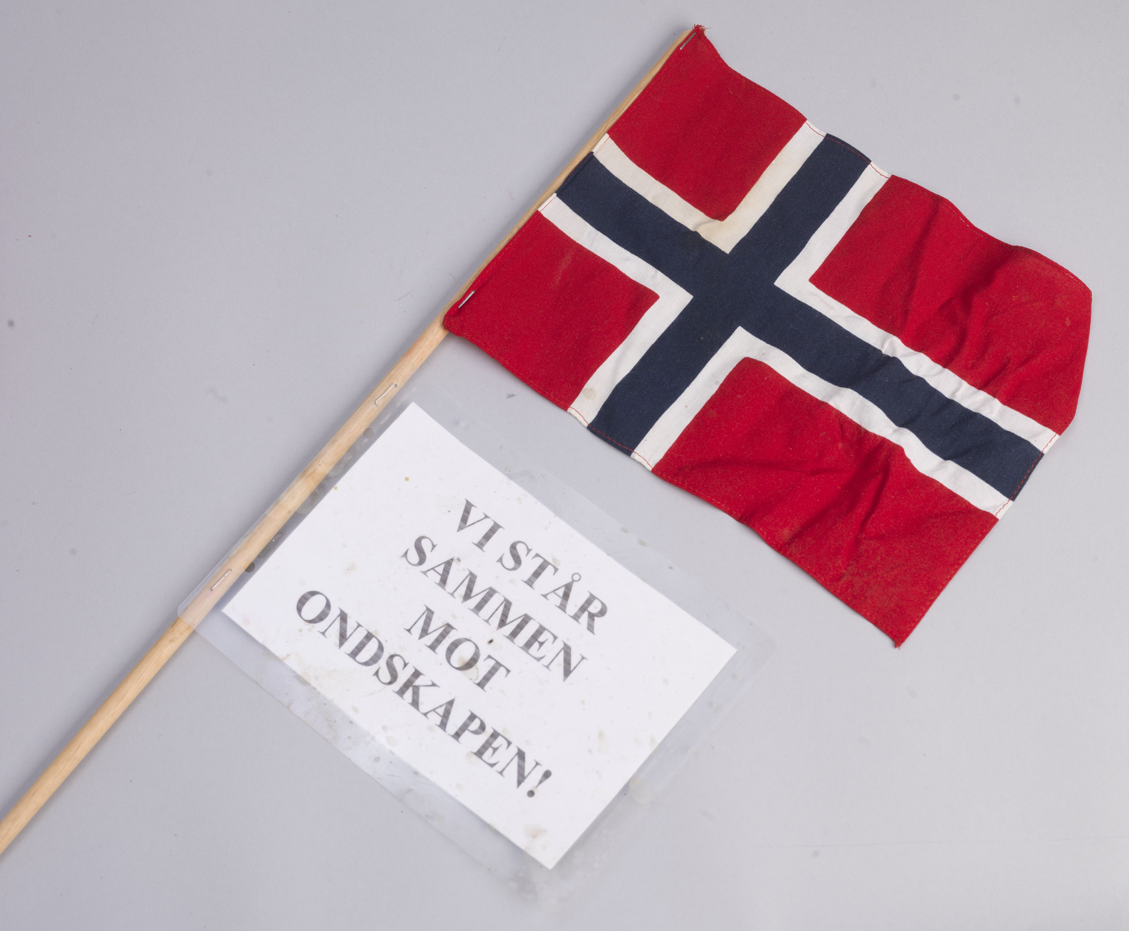 RA, Minnemateriale etter 22.07.2011, W/Wc/L0011: Oslo domkirke. Norske flagg med påtegnelser, 2011, s. 1